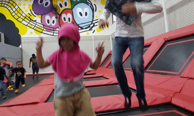 Bermain trampolin di Bogor
