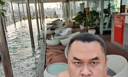 Kolam renang di hotel Morrissey Jakarta